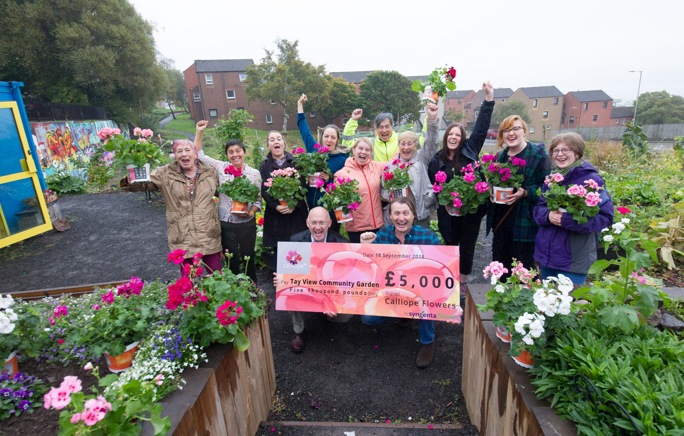 David Domoney presenting Tay View Community Garden the 2018 Cultivation Street winners with their cheque  at their garden in Robertson Street,  Dundee   Pic Paul Reid