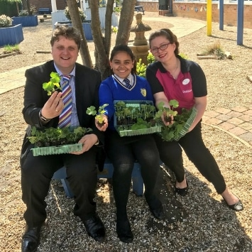 Cultivation Street ambassador, Georgina Isherwood from Dobbies with local school children